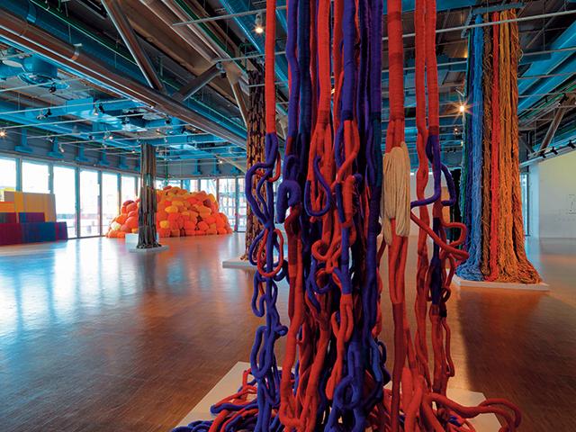 'Trapeze de Cristobal', 1971, Stedelijk Museum, Amsterdam, ⓒ Stedelijk Museum, Amsterdam, ⓒ Adagp, Paris 2018, Installation View ⓒ Centre Pompidou Philippe Migeat, Sheila Hicks in her Studio by Cristobal Zanartu