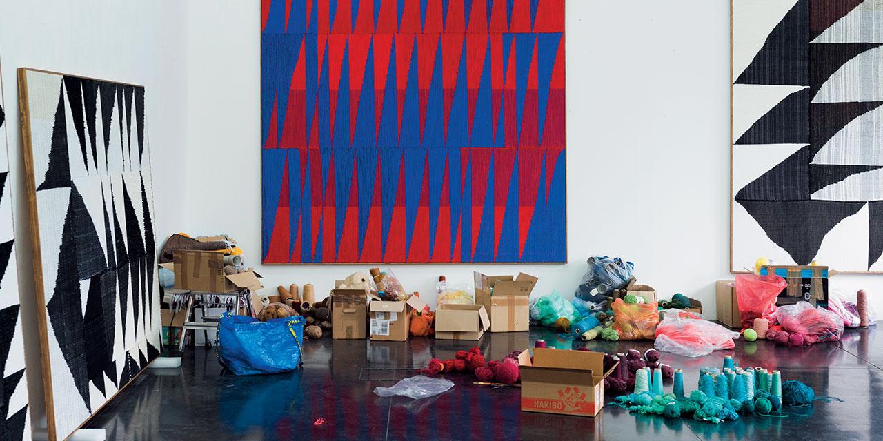 젊은 남성 아티스트가 베틀 앞에 앉아 있는 모습은 낯선 광경이다. 현대미술과 전통공예의 경계를 허물면서 직조의 과정을 작품에 그대로 드러내는 브렌트 웨든(Brent Wadden)의 작품 세계를 만나보자.