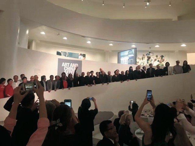 구겐하임 미술관에서 열린 오프닝에 모인 사람들.