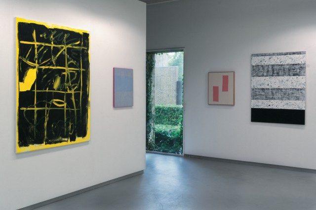 왼쪽의 노란 페인팅은 마르틴 루칵(Martin Lukac)의 'Untitled'(2016).