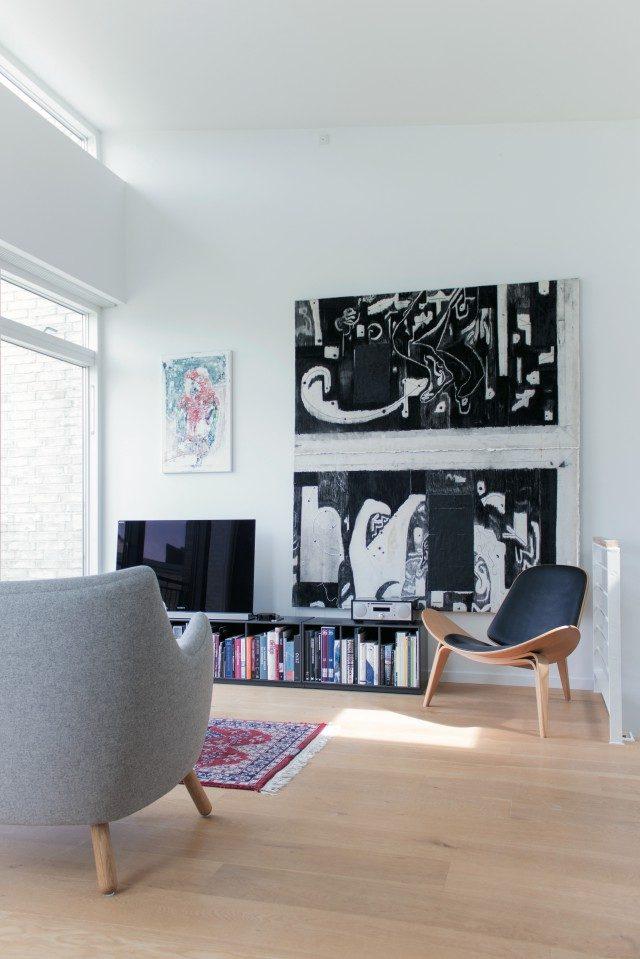 클라우스 리스비의 아파트 한 벽면. 검은 페인팅은 모르텐 누드센(Morten Knudsen)의 Untitled'(2014).