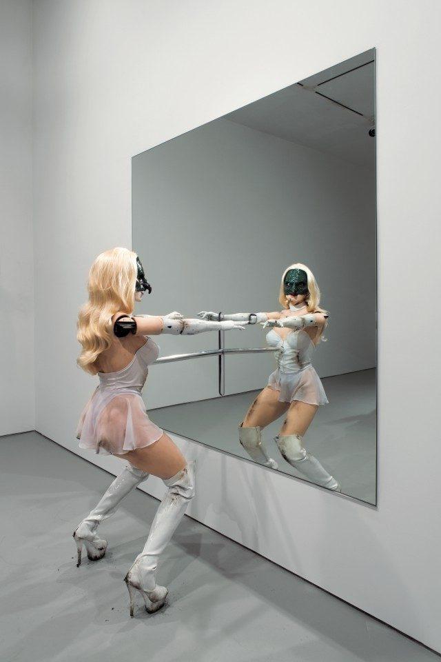 조던 울프선(Jordan Wolfson), '(Female figure)', 2014, 뉴욕 갤러리에 설치, 2014. © Jordan Wolfson