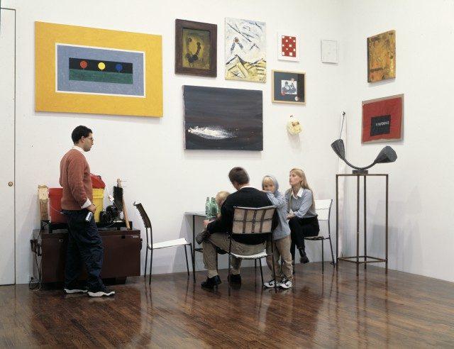 'Franz West: New Sculptures and Installations'에서 선보인 'West'sKasseler Rippchen(1996) 앞에 앉아 있는 데이비드 즈워너와 그의 아이들, 그리고 갤러리 직원들.