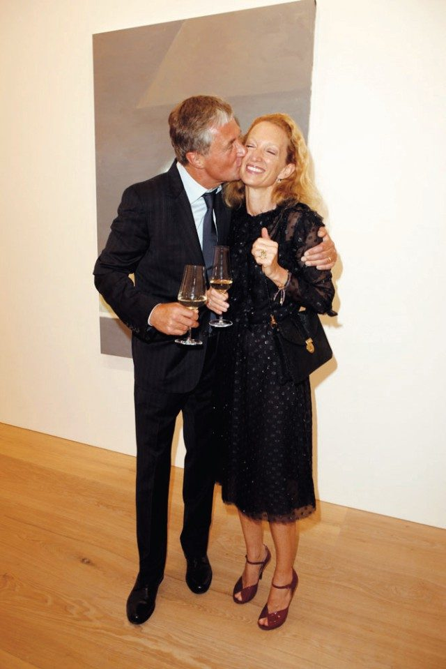 'Luc Tuymans: Allo!' 오프닝 파티에서 데이비드 즈워너가 아내인 모니카의 볼에 입을 맞추고 있다.