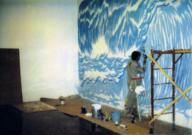 레이먼드 페티본(Raymond Pettibon)이 데이비드 즈워너에서 열린 두 번째 개인전에서 벽화 'No Title(Well you needn't….)'(1997)을 작업하고 있는 모습.