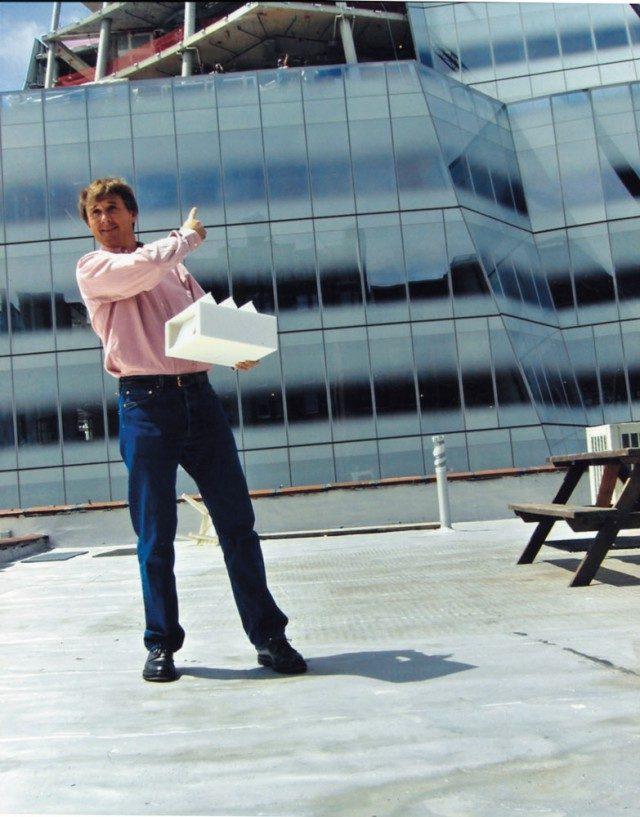 뉴욕 웨스트 19번가 525번지 옥상에서 새로 지어질 갤러리 공간의 모델을 들고 있는 데이비드 즈워너. 2006년 추정. 그는 프랭크 게리가 디자인한 공사 중인 IAC 빌딩을 가리키고 있다.