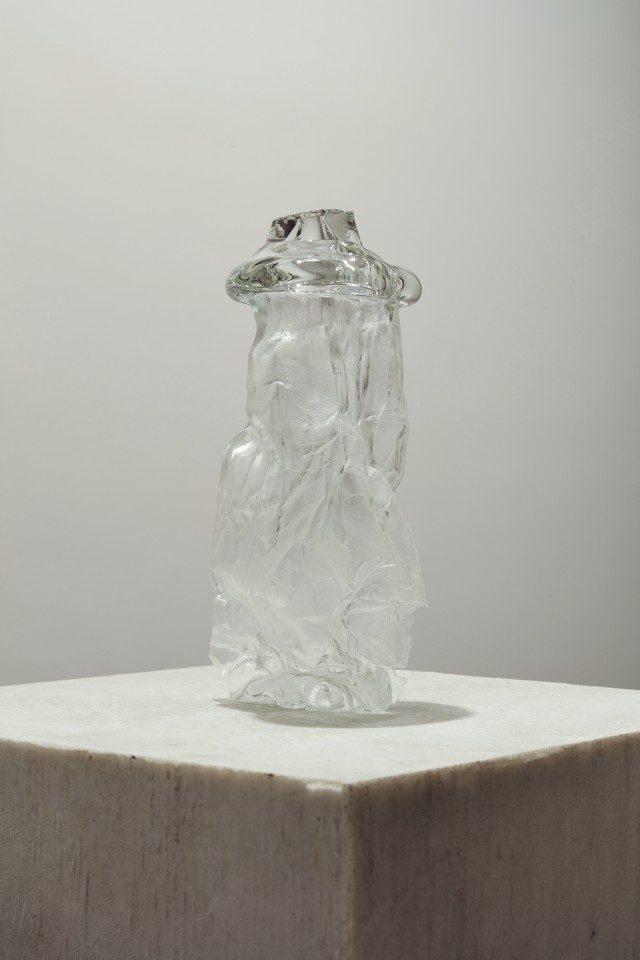 'Single Breath Transfer(Mitten L)', 2017, Mold-blown glass,32×14×12cm. Photo: Keith Park
