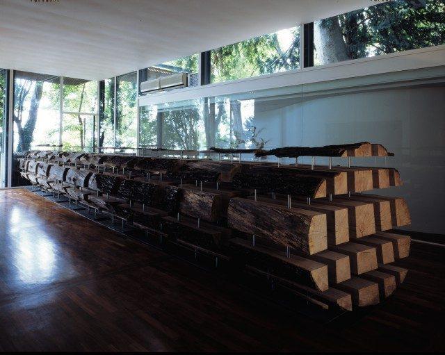 'Tree', 2001, Oak, stainless steel, steel, 160×160×1303cm, 제49회 베니스 비엔날레 한국관 설치 전경. Photo: Elio Montanari