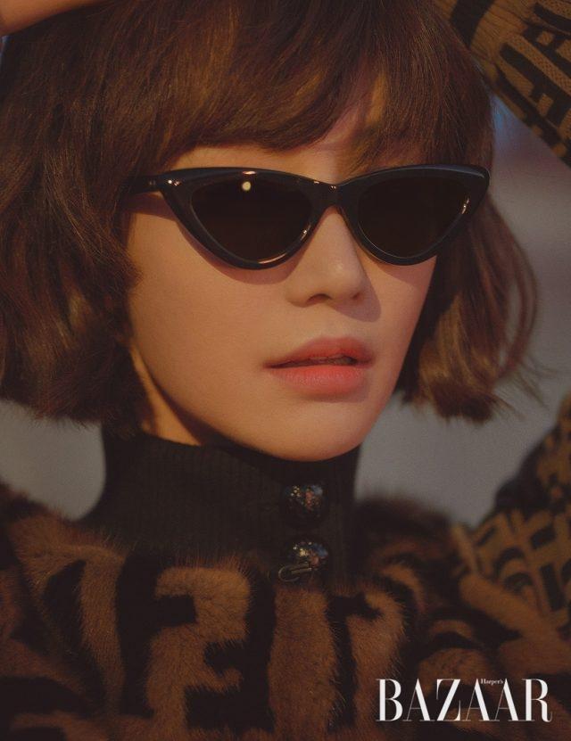로고 디테일의 퍼 재킷은 Fendi, 캐츠아이 스타일의 선글라스는 Mercato 제품.