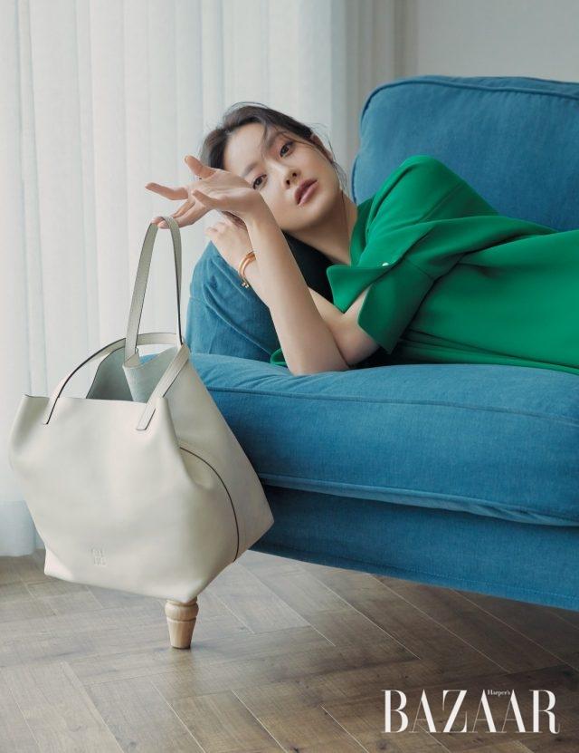 비비드한 컬러와 루스한 실루엣이 결합된 크레페 소재의 드레스는 79만원, 콤팩트한 사이즈의 쇼퍼백은 110만3천원, 인시그니아 골드 커프는 29만3천원으로 모두 CH Carolina Herrera 제품.