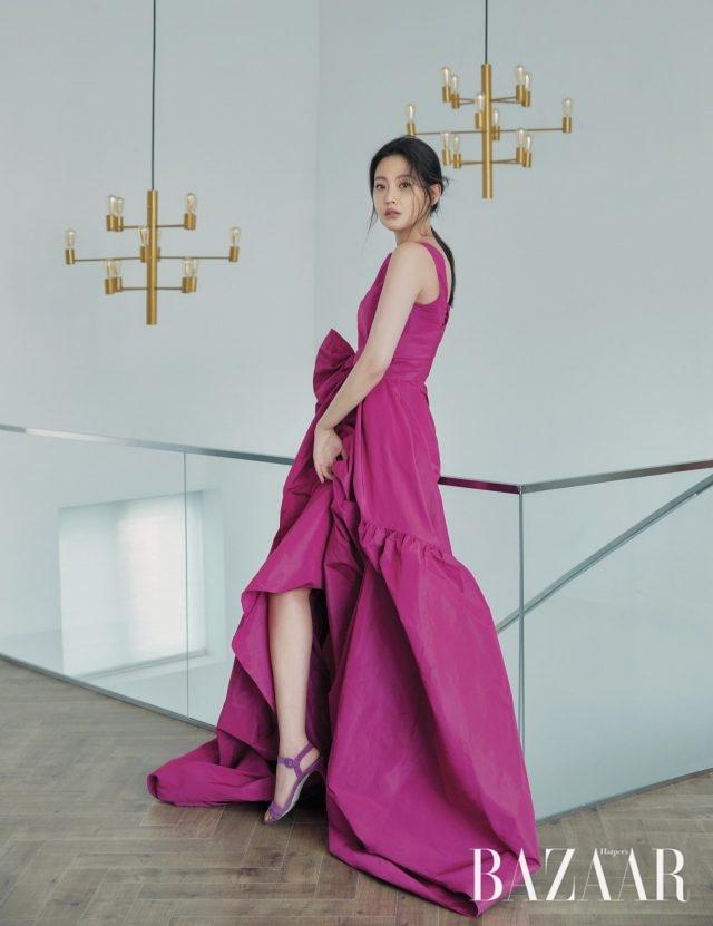 볼륨있는 타페타 소재의 롱 드레스는 180만2천원, 스웨이드 소재의 인시그니아 샌들은 62만원으로 모두 CH Carolina Herrera 제품.