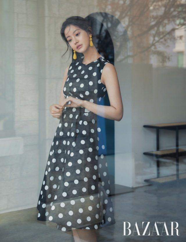 볼드한 도트 패턴이 가미된 로맨틱한 드레스는 119만5천원, 비비드한 컬러의 드롭 귀고리는 42만8천원으로 모두 CH Carolina Herrera 제품.