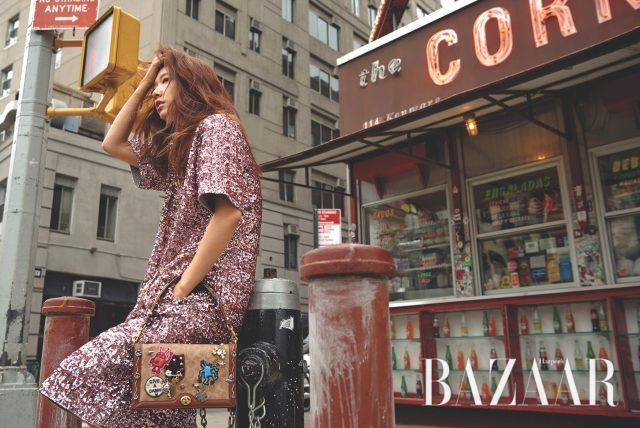 장난스러운 패치와 크리스털 디테일이 돋보이는 시그니처 라일리 백은 99만원으로 Coach 제품.