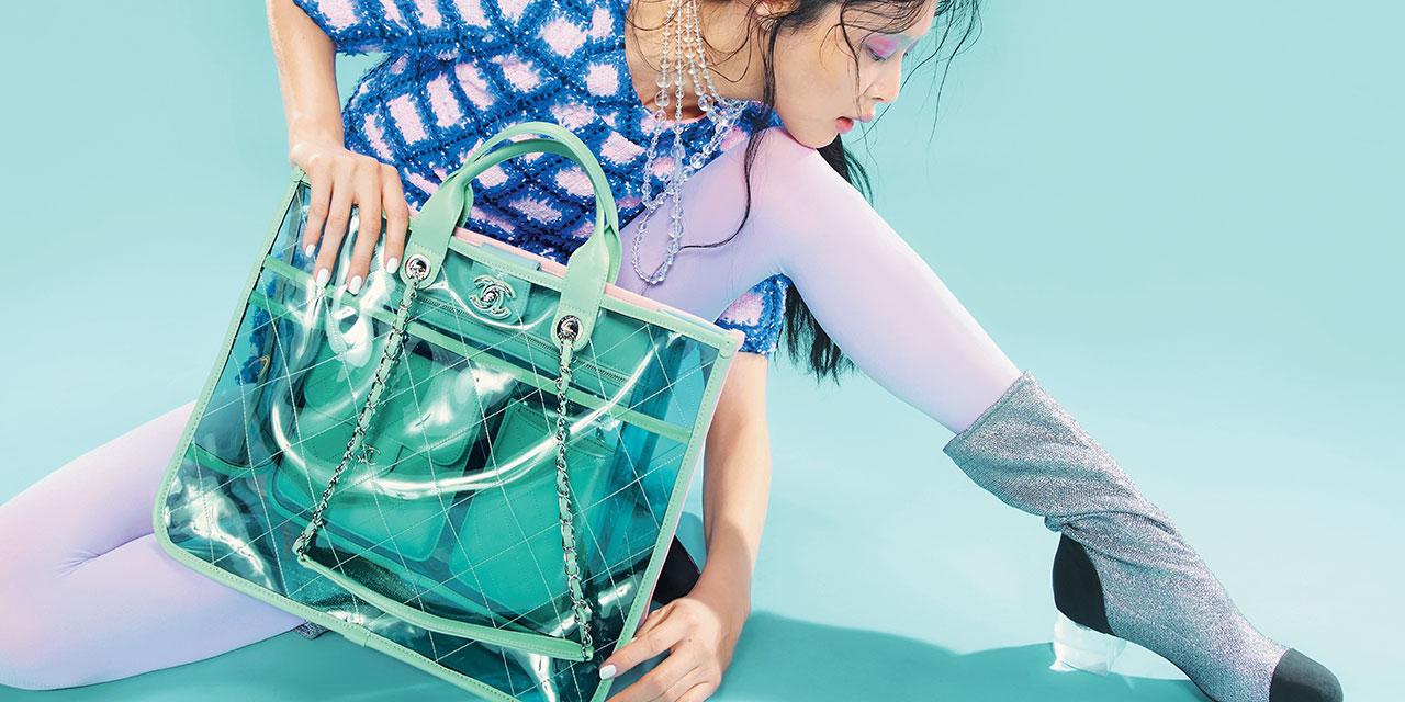 글로시한 PVC 소재와 팝한 컬러로 클래식에 동시대적 감성을 주입한 뉴 핸드백 컬렉션.