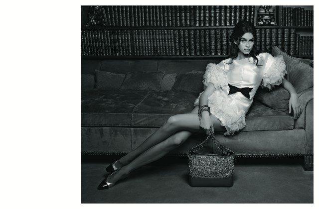 패션계의 샛별, 카이아 거버를 모델로 한 2018 S/S 핸드백 광고 캠페인.