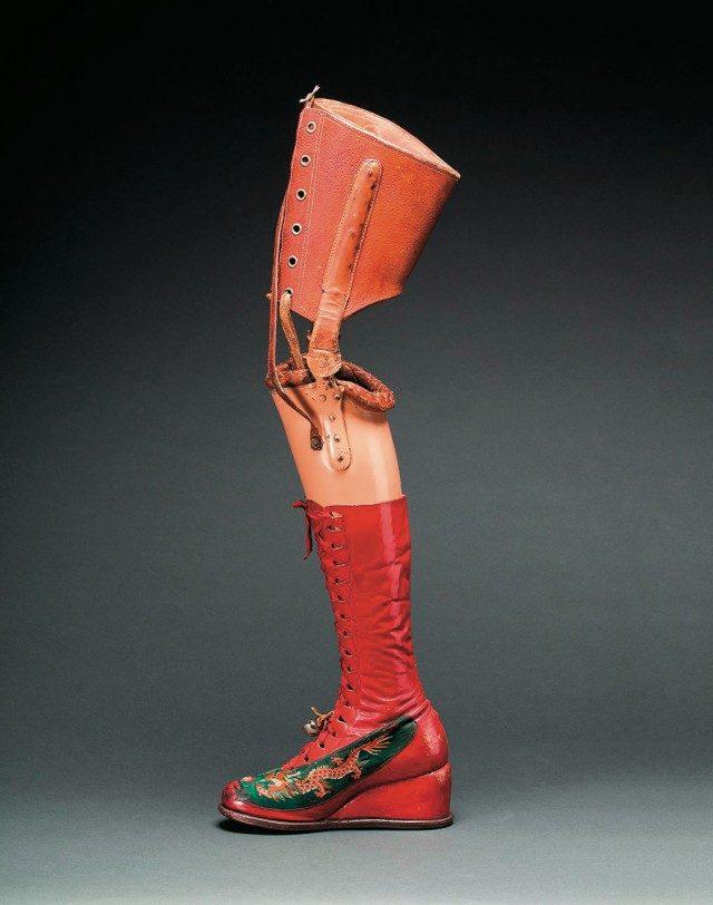 이번 전시에 공개될 프리다의 보철 다리가 달린 가죽 부츠.