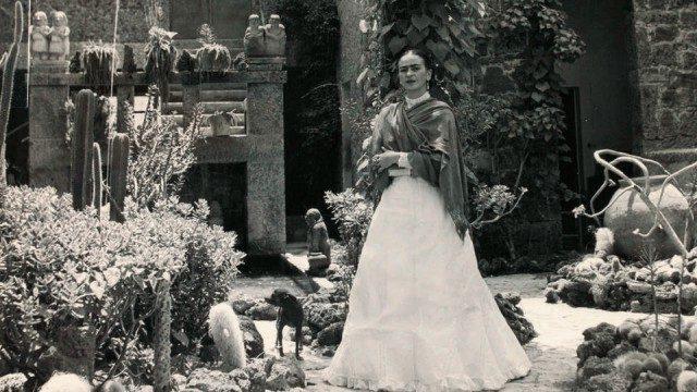 멕시코의 집 앞 정원에서 포즈를 취한 프리다 칼로.