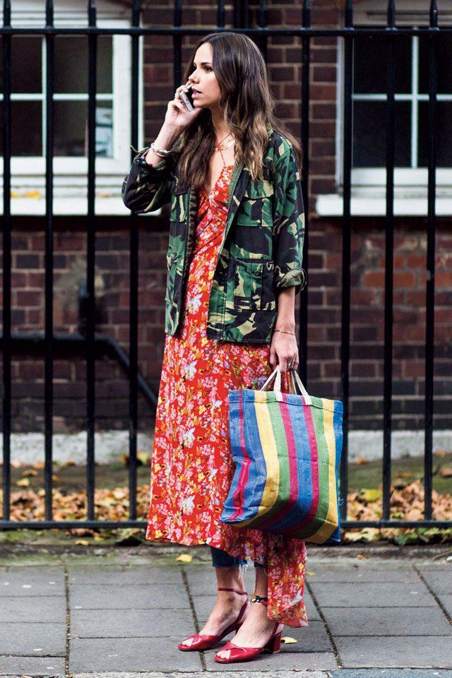 밀리터리 재킷으로 플라워 패턴을 드레스다운한 매력적인 룩.