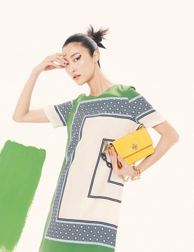 기하학적인 컬러 블록의 드레스는 69만8천원, 체인 핸들의 이그조틱 레더 백은 73만원, 로고 참이 장식된 브레이슬릿은 20만원으로 모두 Tory Burch 제품.
