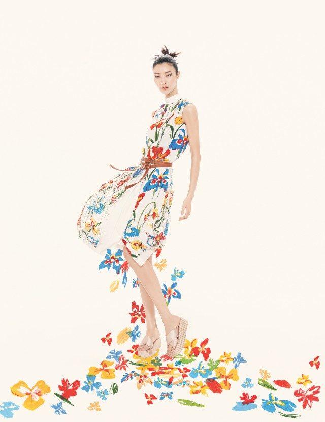 와일드 플라워 프린트 드레스는 120만원, 웨지 플립플롭은 23만8천원으로 모두 Tory Burch 제품.