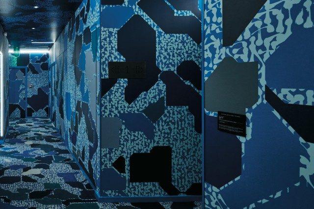 1층 복도를 꾸민 렉 앤드 소왓의 작품. 벽지, 조명, 카펫 등 모든 것을 제작했다.