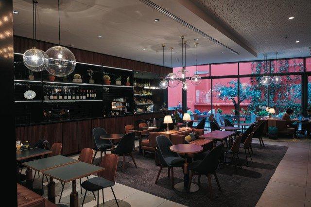 호텔에 위치한 카페. 편안하면서도 실용적인 공간이다.