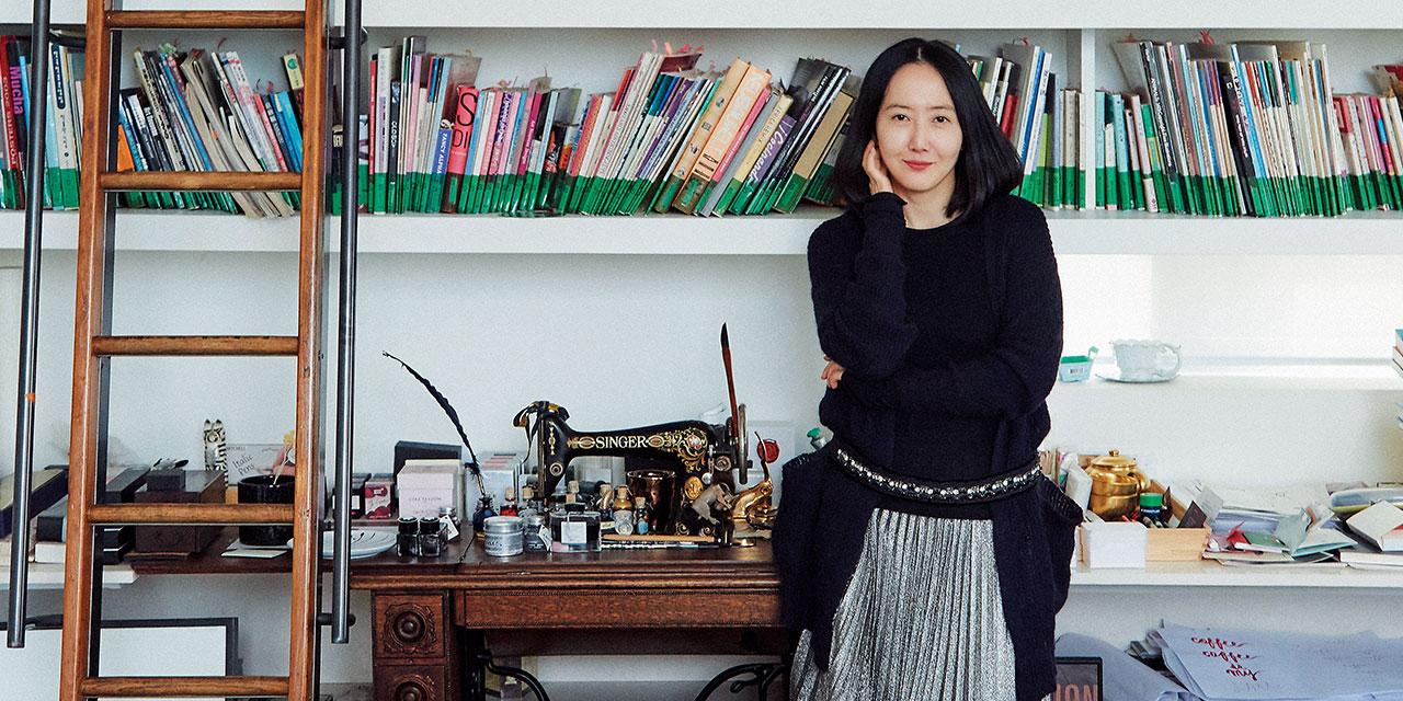 '죽거나 혹은 나쁘거나'부터 '아가씨'까지 주요 한국 영화들의 포스터를 제작해온 '꽃피는 봄이 오면'의 대표 김혜진이 다루는 콘텐츠는 이제 삶의 영역으로 뻗어나가고 있다. 일과 삶의 균형점을 찾기 위해서, 더 오랫동안 재미있게 일하기 위해서, 잘 살기 위해서 고민 중인 그녀의 아름다운 일터를 방문했다.