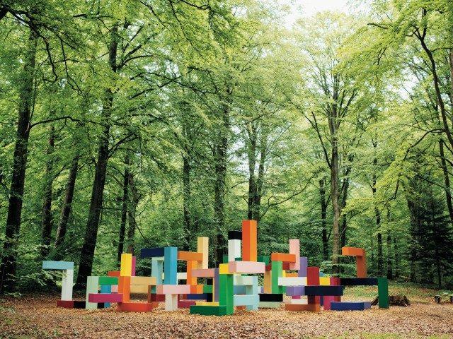 야콥 달그렌(Jacob Dahlgren)은 페인팅된 스틸 블록을 서로 연결하여 만든 작품 'Primary Structure'를 바노스 콘스트에 설치했다.