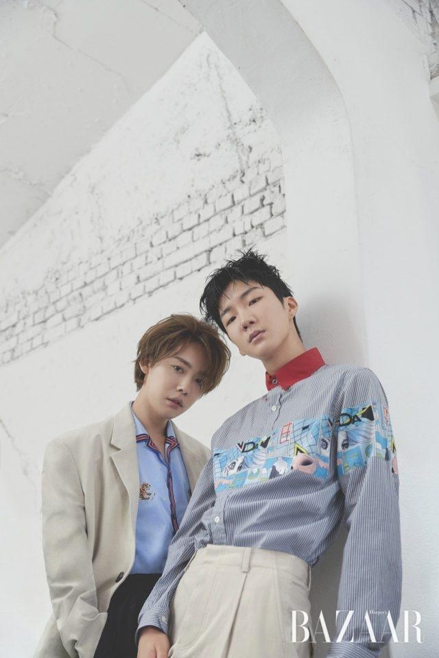 진우가 입은 오픈 칼라 셔츠, 팬츠는 모두 Gucci, 재킷은 Wooyoungmi 제품.승훈이 입은 셔츠는 Prada,팬츠는 Wooyoungmi 제품.