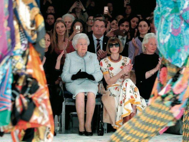 @Richard Quinn런던의 대미를 장식한 신진 디자이너 리처드 퀸 쇼장에 깜짝 등장한 엘리자베스 2세 여왕.