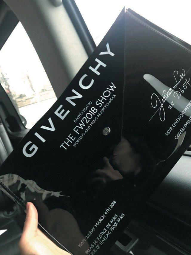 @GivenchyPVC 소재 엔벨로프 백을 인비테이션으로 보내온 지방시.