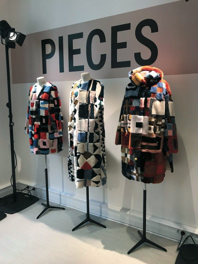 @Yves Salomon옷 제작에 남은 퍼 조각들을 모아 하나의 아트 작품처럼 완성한 'Pieces' 컬렉션.