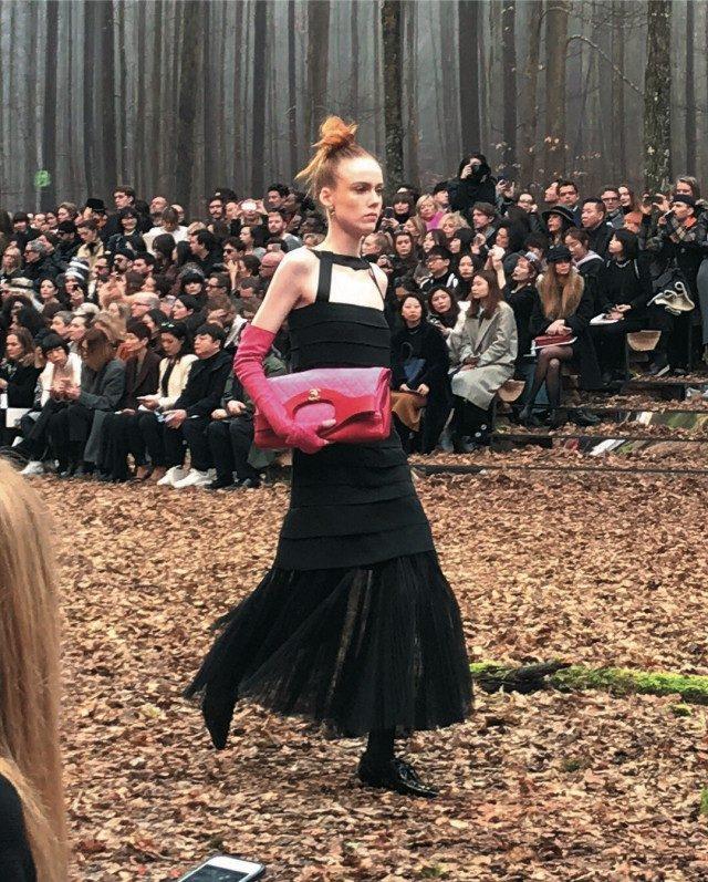 @Chanel블랙과 핑크의 클래식한 조합이 로맨틱하게 느껴졌던 샤넬 쇼의 드레스 룩.