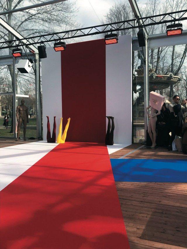 @Vivienne Westwood쇼장의 키치한 데커레이션은 패션 피플의 포토 존으로 인기를 모았다.