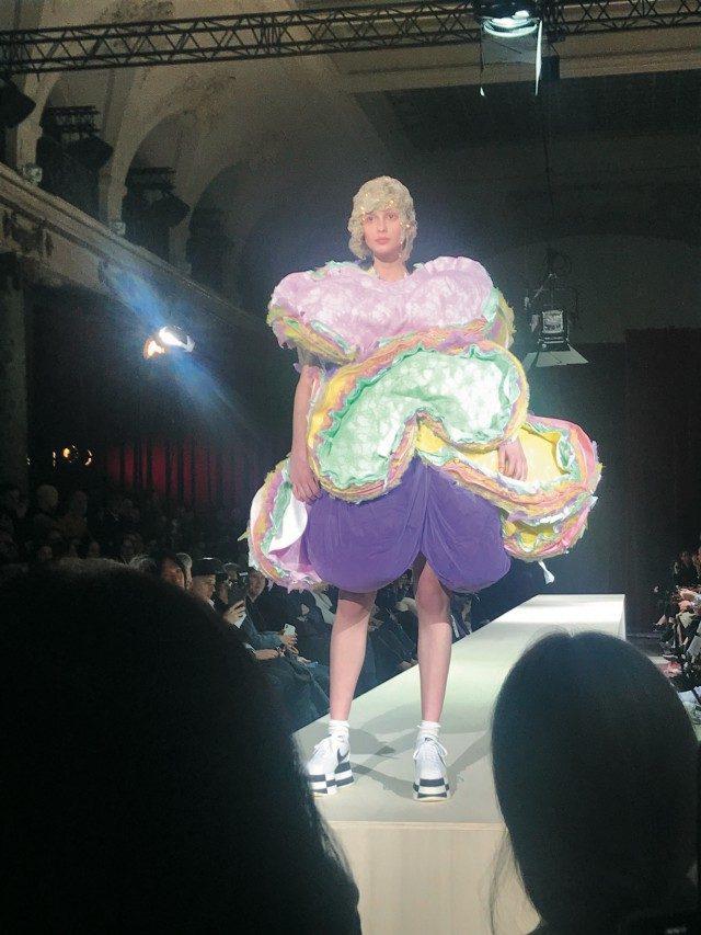 @Comme des Garcons달콤한 디저트를 여러 겹 쌓아 올려 완성한 듯한 콤 데 가르송의 드레스 룩.