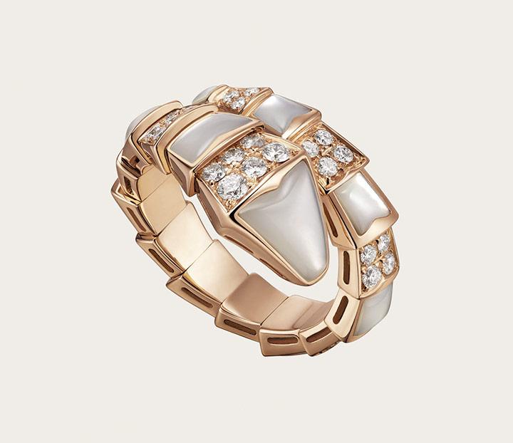 매혹적인 뱀 모티프의 마더오브펄과 다이아몬드 세팅이 더해진 세르펜티 링은 Bulgari 제품.