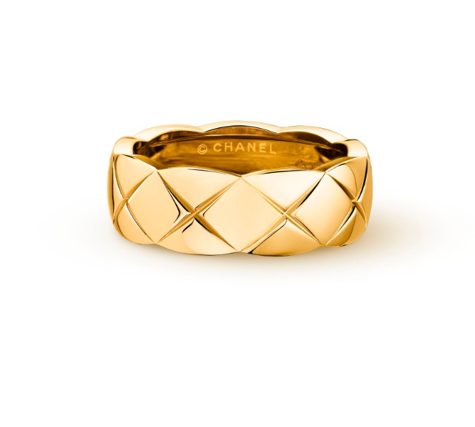 옐로우 골드로 이루어진 퀄팅 모티브 코코 크러쉬 반지는 Chanel Fine Jewelry 제품.