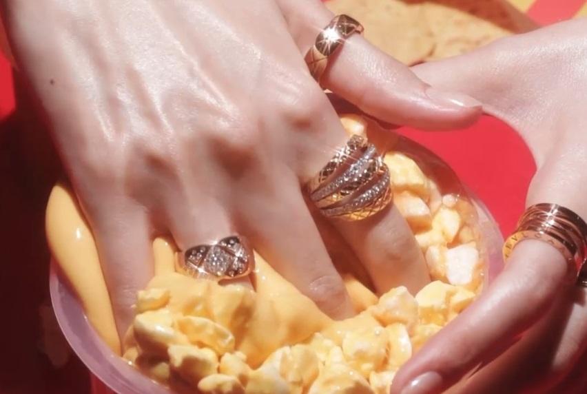팝콘과 나쵸로 변신한 신기한 슬라임과 하우스의 아이코닉한 컬렉션 반지의 만남.