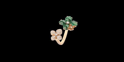 초록빛 꽃 장식과 다이아몬드가 세팅된 '호텐시아 Eden' 링은 Chaumet 제품.