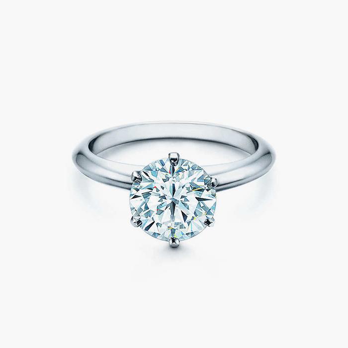 클래식한 다이아몬드 티파니 세팅 링은 Tiffany & Co.