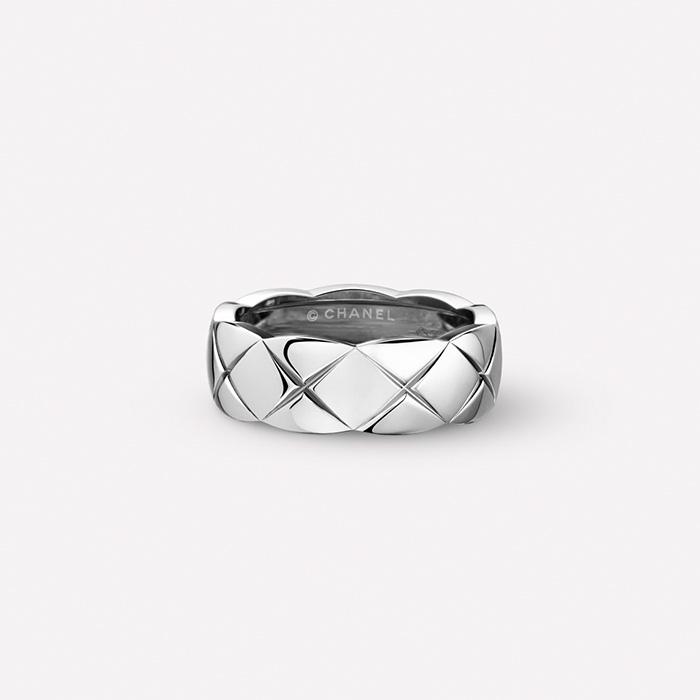 데일리로도 착용 가능한 화이트 골드 소재의 코코 크러쉬 링은 Chanel Fine Jewelry