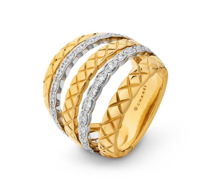화이트 골드, 옐로우 골드, 다이아몬드로 이우러진 퀄팅 모티브 반지는 Chanel Fine Jewelry 제품.