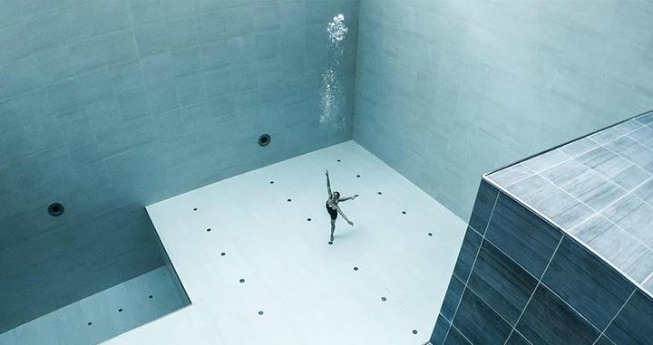 가장 깊은 실내 수영장 속에서 춤추는 여성, 줄리 구띠에