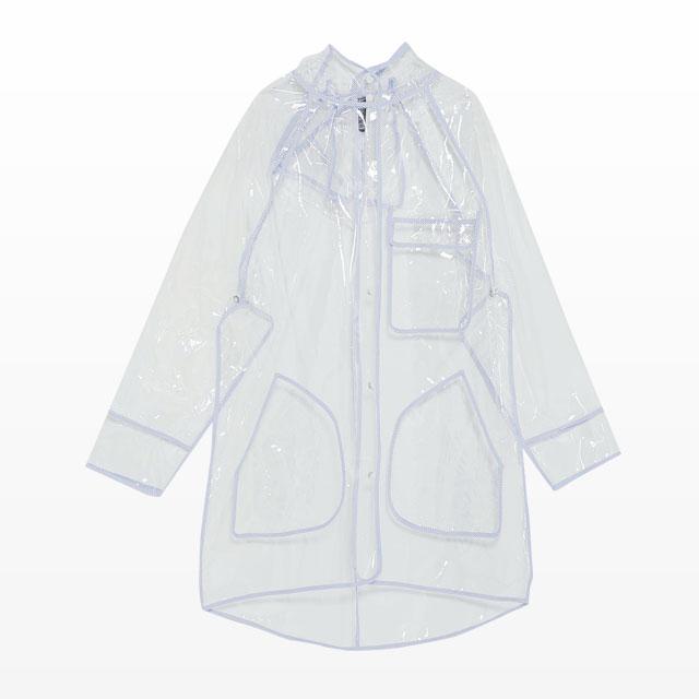 화이트 라이닝이 더해진 PVC 레인코트는 5만9천원으로 Zara