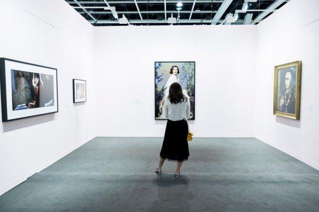 신디 셔먼의 작품들로 꾸민 메트로 픽처스 부스.1976년대 작품부터 할리우드의 황금 시대에서 영감을 얻은 최근의 작품들까지 볼 수 있는 작은 회고전과 같았다.