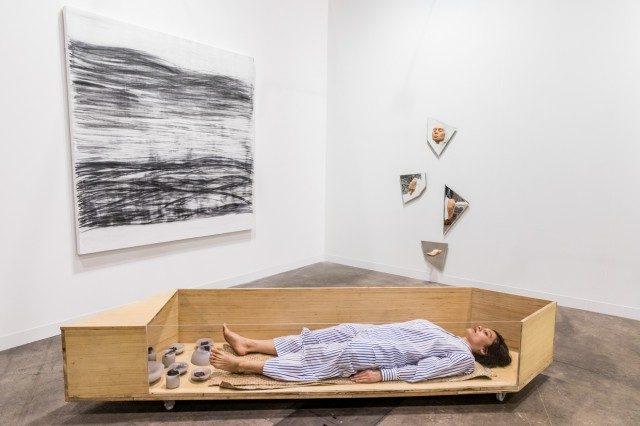 자신의 설치작품 안에 누워 있는 퍼포먼스를 선보인 덴마크 아티스트 릴리베트 쿠엥카 라스무센(Lilibeth Cuenca Rasmussen).