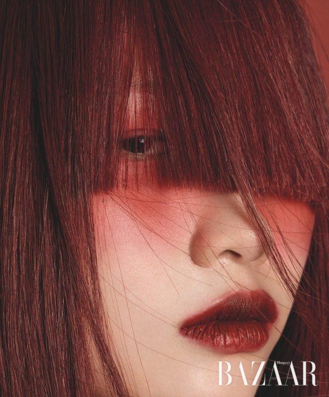 정호연(HOYEON JUNG).에스티 로더(ESTÉE LAUDER) 퓨어 컬러 러브 립스틱, 버닝 러브, 약 $22.