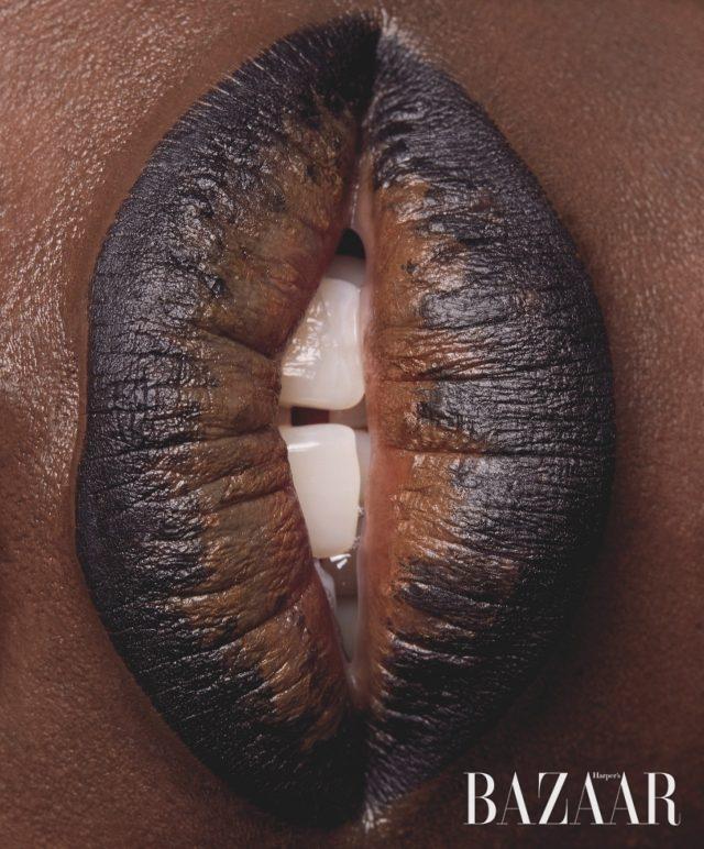 웨인 부스(WAYNE BOOTH)가 바른 립스틱은 메이블린 뉴욕(MAYBELLINE NEW YORK) 컬러 센세이셔널 더 로디드 볼드 립스틱, 피치 블랙, 약 $7.49.