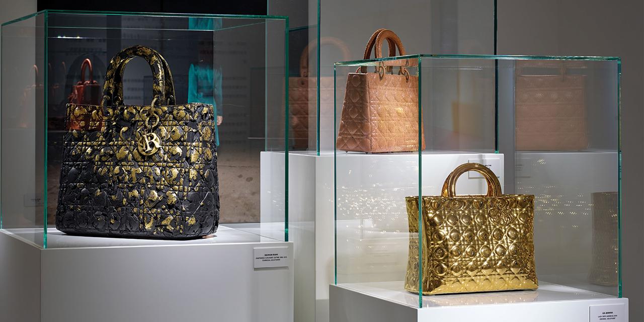 패션과 뷰티와 아트는 아름다움이라는 경계를 공유한다. 예술적 DNA를 지닌 패션 하우스와 뷰티 브랜드들은 홍콩 아트 위크 기간에 다양한 아티스트와 컬래버레이션한 작업을 선보이며 이 사실을 증명했다.