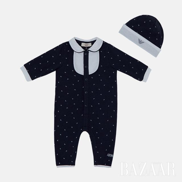 브랜드 로고  패턴의 모자와 보디수트는  모두 Armani Junior 제품.